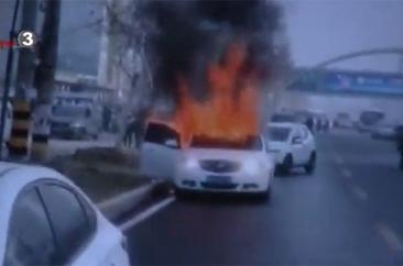菏泽:轿车突发大火  警民紧急扑救