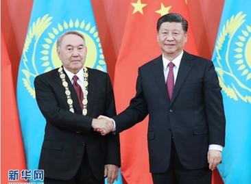 """习近平为哈萨克斯坦首任总统纳扎尔巴耶夫举行""""友谊勋章""""颁授仪式"""