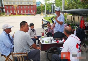 """菏泽:一个特殊的""""茶社"""" 小小三轮车蹬出""""爱与责任"""""""