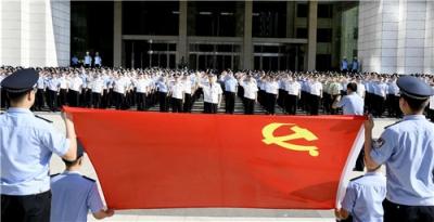 山东省公安厅举行升国旗和重温入党誓词仪式