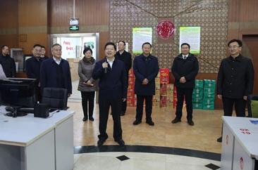 陈平看望慰问春节期间坚守工作岗位的一线干部职工
