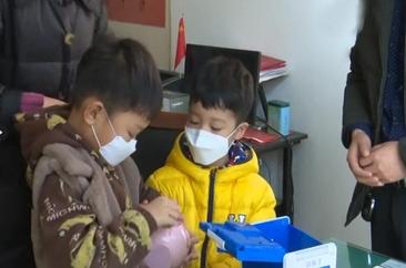"""""""想让祖国妈妈快点好起来,早日康复!"""" 菏泽年龄最小捐款者把压岁钱捐给疫情病区。"""