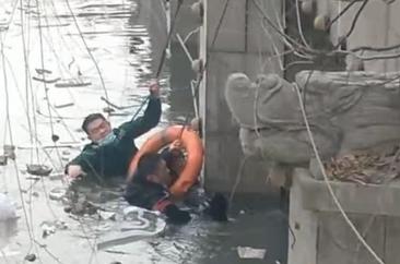 点赞!菏泽警护联手,冰冷的河水中勇救落水男孩