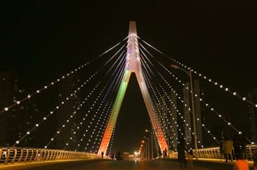 菏泽赵王河上的松花江路桥霓虹闪耀让夜色更璀璨